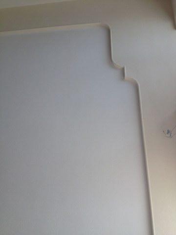 在墙上涂上一层白色硅藻泥