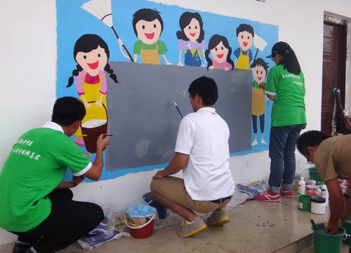 大学生志愿者妙笔墙绘为新农村添彩