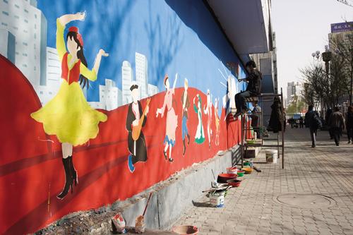 """""""托起中国梦""""墙绘装扮城市"""
