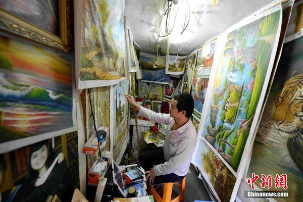图为厦门乌石浦村,画工在自己狭窄的画室里作画。